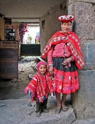 Quetchua mother and child, village of Ollantaytambo, Andes Mts